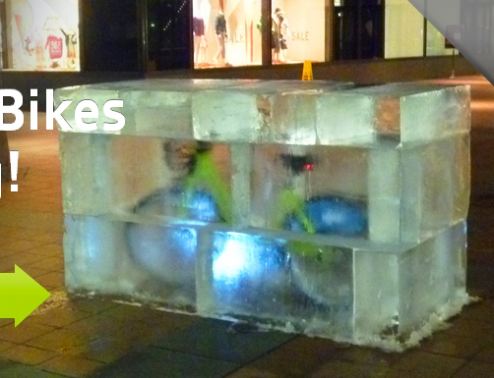 突如現れた!大都市の真ん中に巨大な氷漬けになった自転車が登場