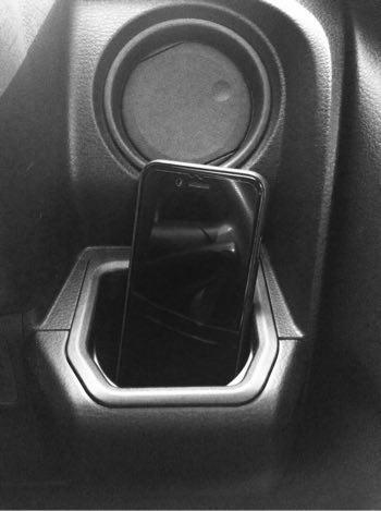 """車内の""""ある場所""""にiPhoneを置いて音楽を鳴らすと、すっごく音が拡張されて聴きやすくなりますよ"""